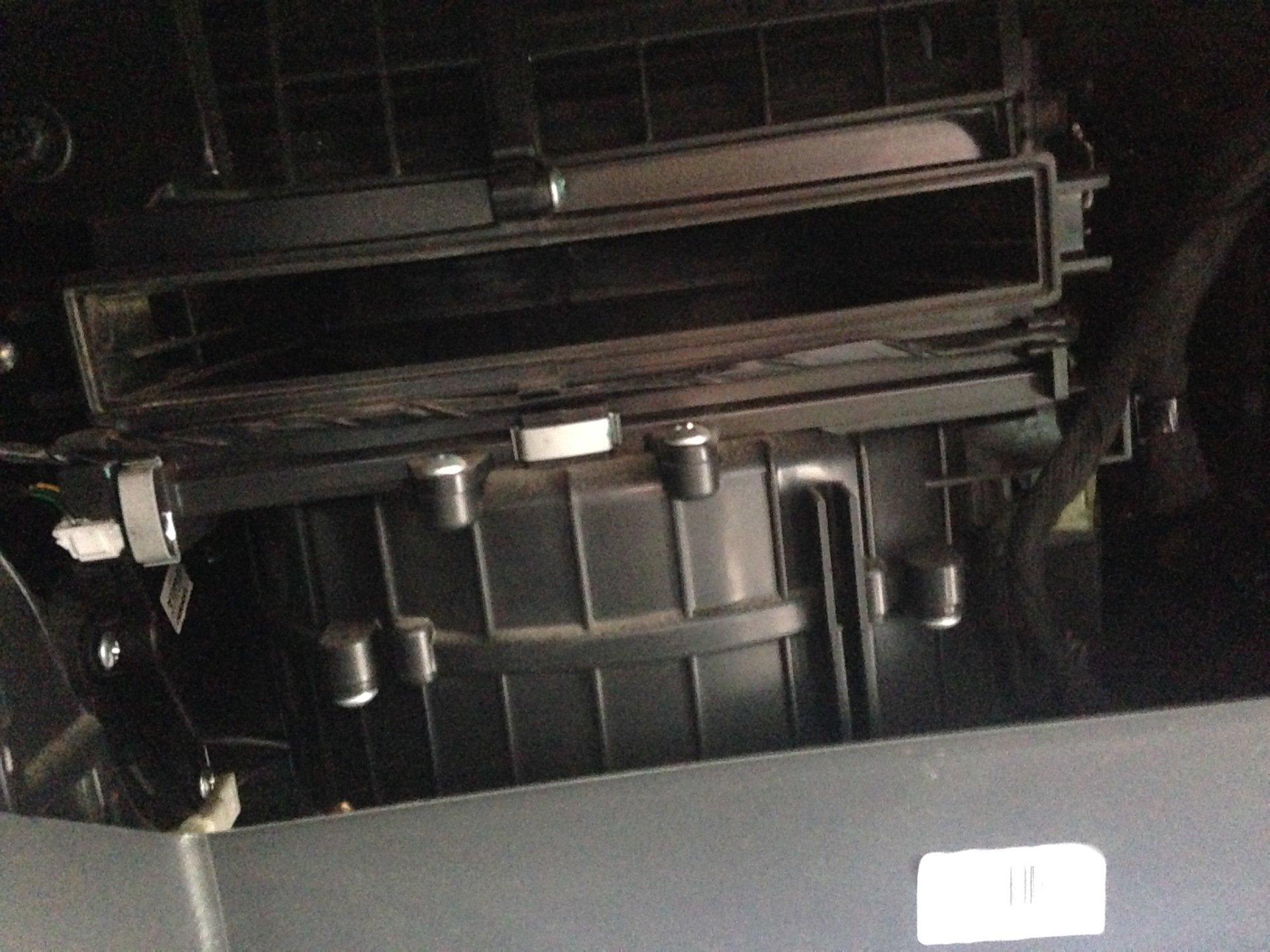 Разбор бардачка для установки нового салонного фильтра