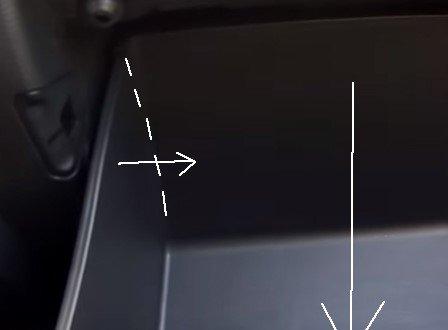 Пример левой части перчаточного ящика, в которой отсутствуют крепления