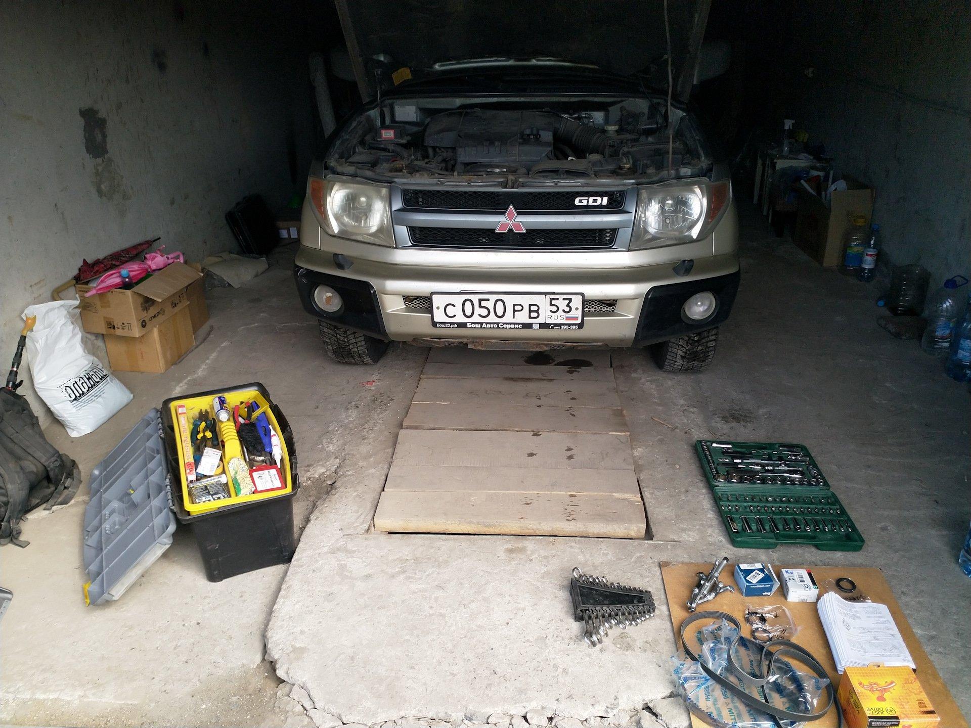 Подготовка к замене роликов ГРМ на Митсубиси Паджеро