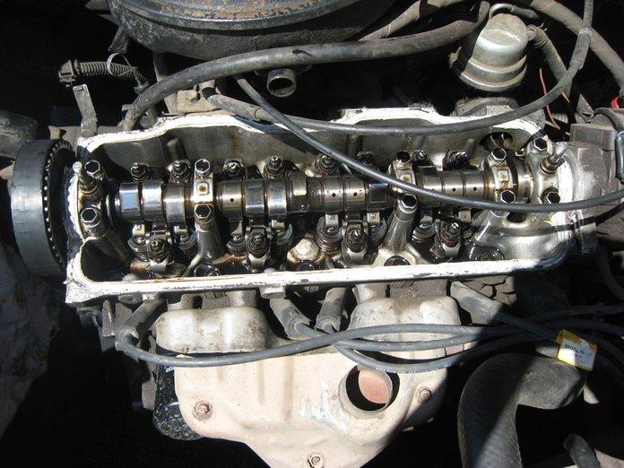 Снятая крышка двигателя на Тойоте Королле