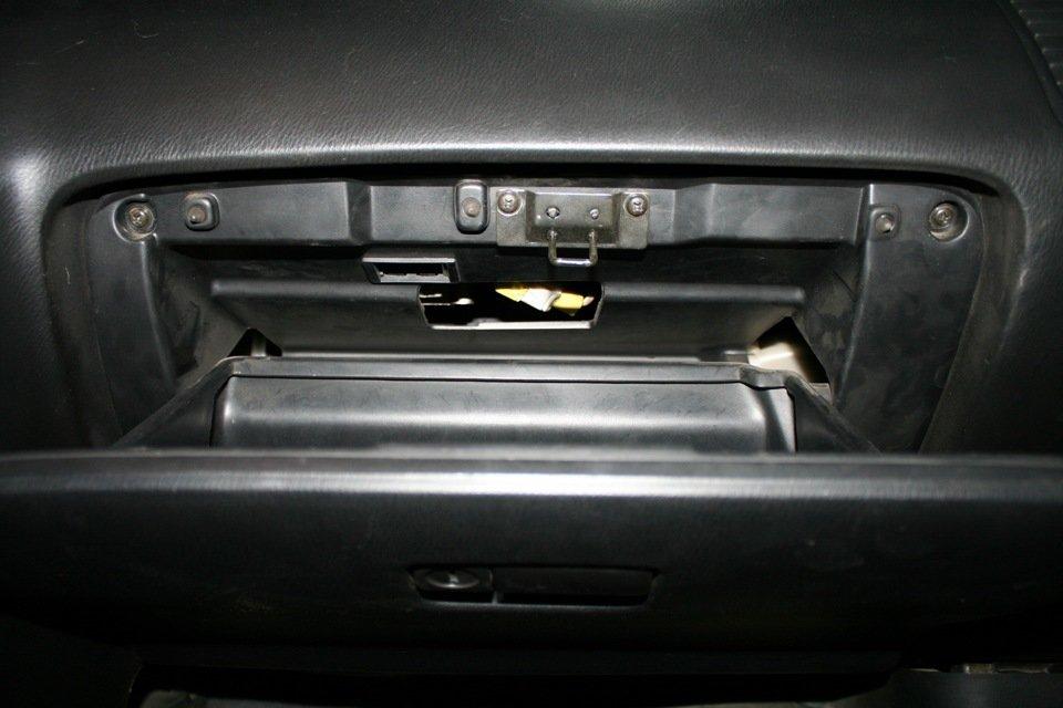 Разобранный бардачок, за которым располагается фильтрующий элемент