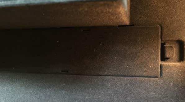 Снимаем заглушки для замены салонного фильтра