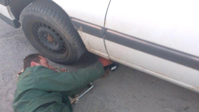 Демонтаж колеса и опоры двигателя